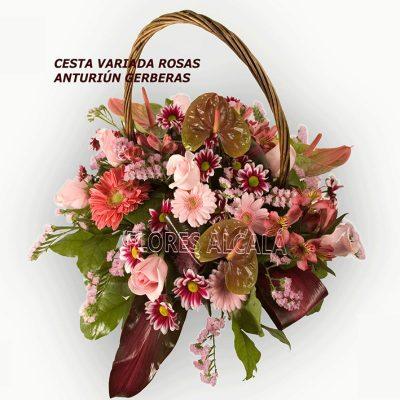 Cesta de Flores Variada con Anthurium y Flores variadas y verdes de temporada