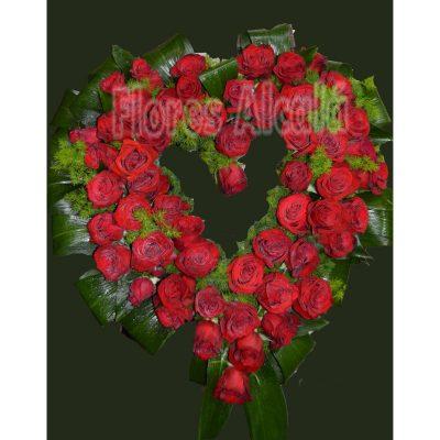 Corazón de Rosas Rojas  con verdes Ornamentales de Temporada