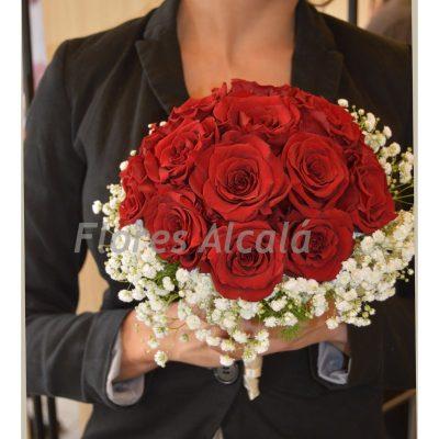 Ramo clasico hecho con rosas rojas en rodondo con terminación de paniculta
